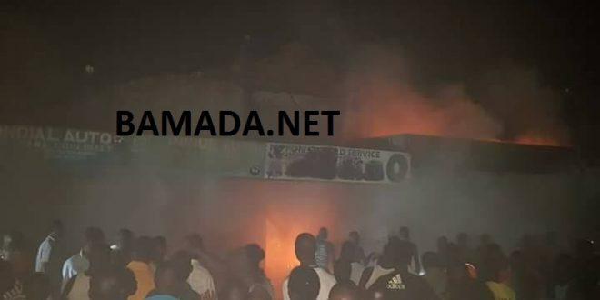 calcine-incendie-flamme-grand-marche-bamako-foule