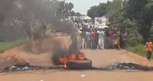 barricade-route-population-manifestation-mecontentement-jeunesse-foule-pneu-brule-kolokani