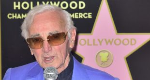 830x532_charles-aznavour-24-aout-2017-lors-inauguration-etoile-walk-of-fame-los-angeles