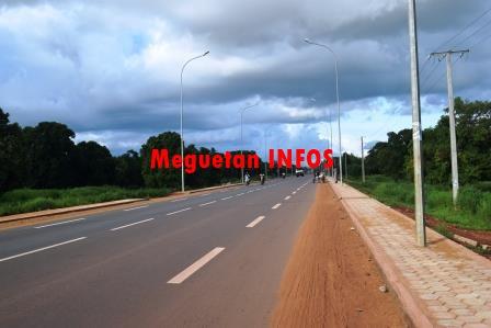 La route Koulikoro Bamako est en phase terminale. Apres 2 ans d'intense labeur, les populations de Koulikoro et des localités riveraines de la route et même ceux de Bamako sont soulagées des périls d'accidents mortels et de dégradation de toute nature des biens et des moyens logistiques. Cependant depuis un certain temps, tout cela passe pour un triste souvenir pour ces populations concernées. A Koulikoro, les avis sont uniformes quand il s'agit de savoir, les avantages et les impacts de cette autoroute sur le développement socioéconomiques de la ville de Koulikoro. Nous avons effectué un tour en ville pour en savoir plus. Lisez plutôt. Mamadou Diarra ; commerçant détaillant à Koulikoro plateau II : « Le premier avantage est le désenclavement de la ville de Koulikoro, mais également il facilite les mouvements aller-retour entre Koulikoro et Bamako, surtout pour nous les commerçants qui sommes enclins à ces mouvements. Par contre, la route crée des soucis, notamment les accidents qui se multiplient actuellement, liés effectivement à la bonne allure de la route. Nous devons faire attention en routant, mais il faudra aussi sensibiliser les usagers ». Assan FANE ; habitante de Koulikoro : « Nous sommes vraiment ravis de la construction de la route, car elle nous rapproche de Bamako. Avant on faisait plus de 2 heures pour nous rendre dans la capitale, mais actuellement 30 à 40 minute suffisent pour cette distance. Mais il faut signaler que les conducteurs de camions bennes constituent de véritables problèmes sur la route, nous nous courons, les bennes sont à la même allure. Donc il faut que les gens aient des attitudes correctes, pour éviter les accidents sur cette route ». Mme Sissoko, Fanta Sissoko ; habitante de Koulikoro: « Les avantages de cette route, sont multiples, en plus du rapprochement de Koulikoro à Bamako, il faut signaler que cela entraine le développement de la ville de Koulikoro. Car actuellement on constate que les gens commencent à construire partout a
