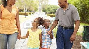 42314987-les-grands-parents-petits-enfants-de-marche-dans-le-parc