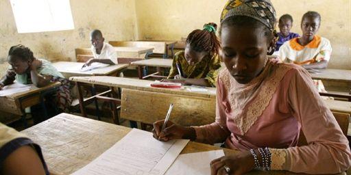 des-eleves-en-plein-cours-dans-une-salle-de-classe-en-afrique