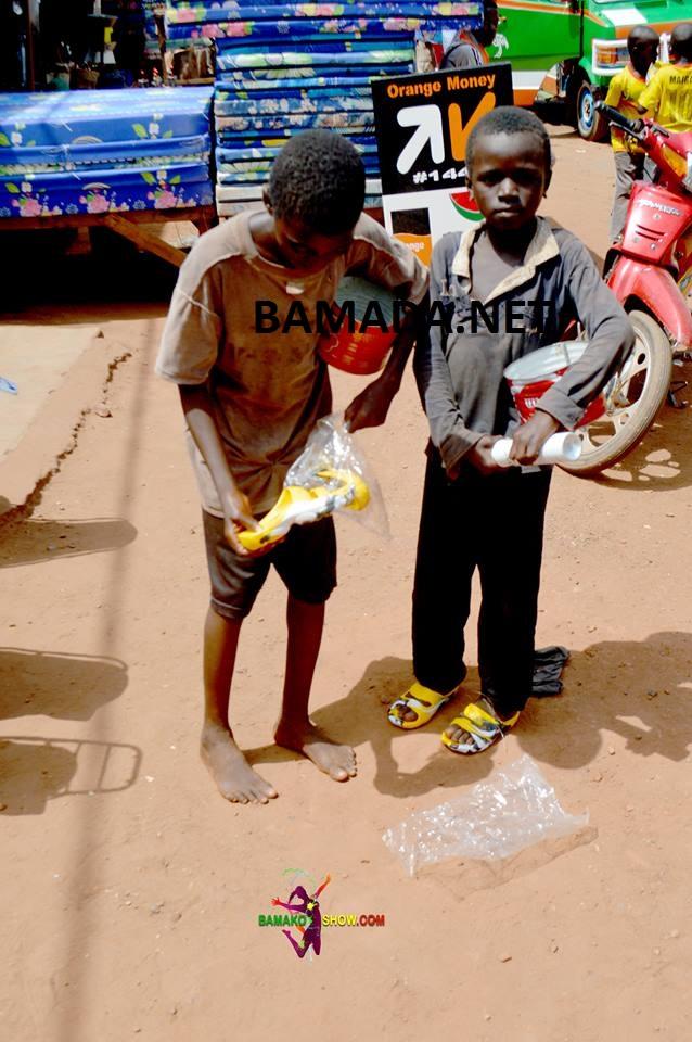 association-pauvre-orphelin-mendiant-chaussure-sourir-enfant-rue