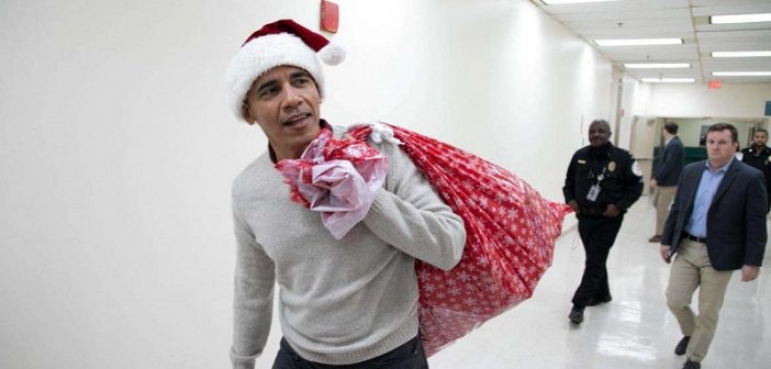 178dca14d162c6e763eba2b71d4f874f-barack-obama-deguise-en-pere-noel-distribue-des-cadeaux-aux-enfants-malades-702x336